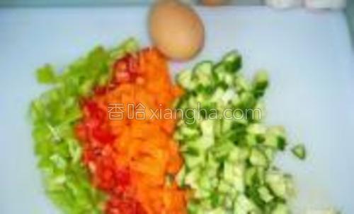 所有蔬菜切丁。