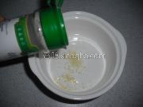 往一个碗里调入适量精盐、鸡精、胡椒粉、鱼露、食用油。