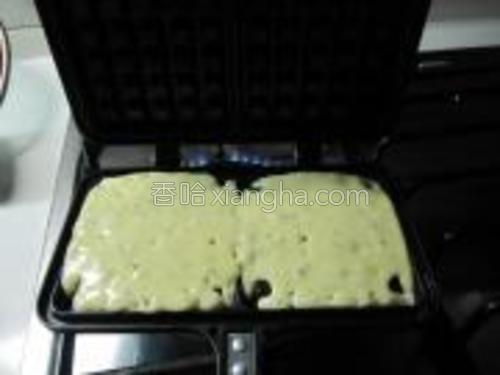 舀一勺面糊倒入模具里,盖上盖子,中小火,每一面烤3-4分钟左右。