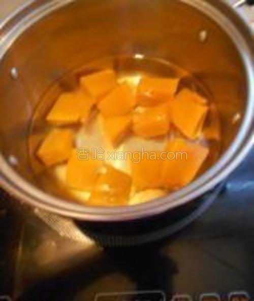 汤锅里放入适量的水,加入切成块的南瓜,中小火将南瓜煮熟。大概10分钟就可以了,筷子能扎透就说明南瓜熟了。加一点糖进去