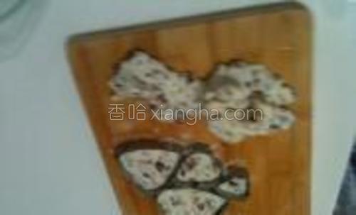 """擀成一张饼状,注意了,不要擀的过于薄,用一套大小不一的心形模具刻成大大小小的""""山药红枣饼"""""""