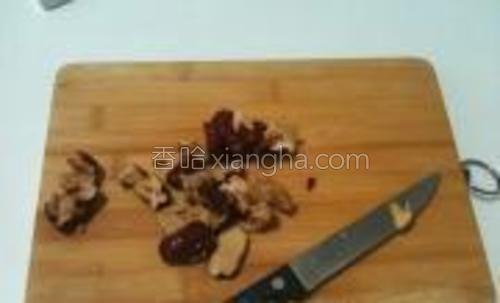 红枣去核用刀切成较小的粒