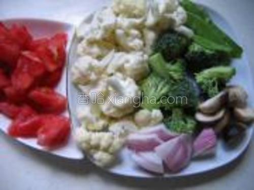 菜花和西蓝花分别掰开洗净,西红柿洗净切块,草菇盐水中洗净切片,荷兰豆撕筋洗净,洋葱洗净切片。