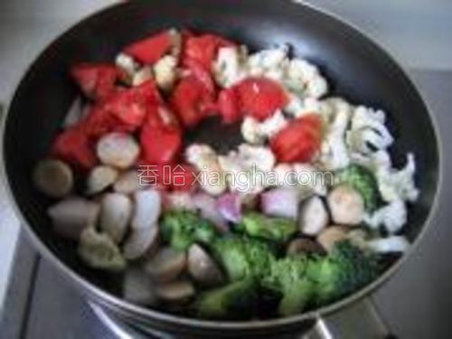 倒入菜花、西蓝花、草菇、西红柿和洋葱和蚝油大火翻炒。
