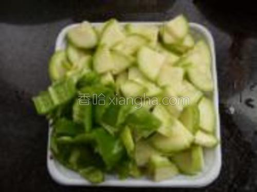 西葫芦青椒洗净,切成片。