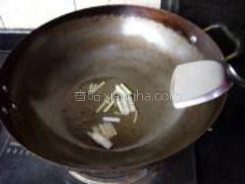 炒锅加热,倒入适量食用油,放葱姜蒜爆香。