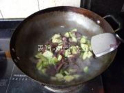 猪血不急着翻炒,用锅铲将西葫芦里炒出来的水,浇到猪血上,猪血烫到外面一层发白,再用锅铲轻轻翻炒。