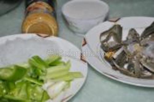 各好椰浆,牛奶,咖喱酱,大闸蟹,绿豆粉,青椒,芹菜。