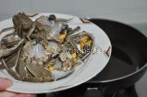 将大闸蟹洗净,分好块,转大火下锅。