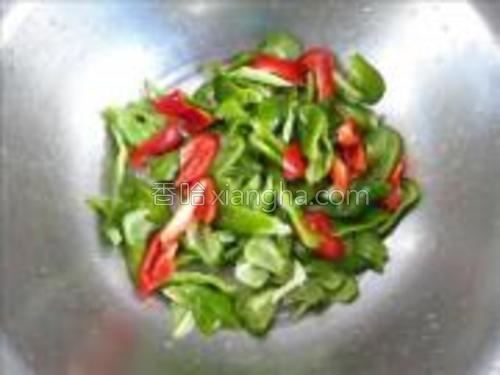 把青红椒用刀削成小块。