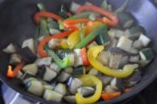 另取一锅,给2-3勺橄榄油,将茄子、笋瓜、甜椒一次放进去,炒到开始变软。加入少量盐和胡椒。