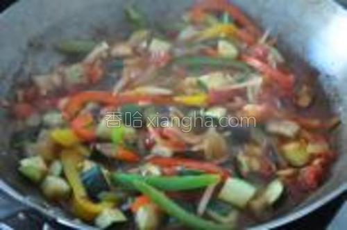 将步骤5里炒好的蔬菜加入到步骤4的番茄里去,加入约100ml水,上盖,焖15-20分钟。