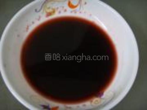 取一小碗放进少许盐,酱油,白糖,料酒,胡椒粉,加入小半碗清水拌匀成酱汁备用。