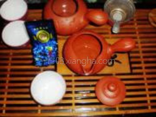烧水,准备茶叶和茶具。