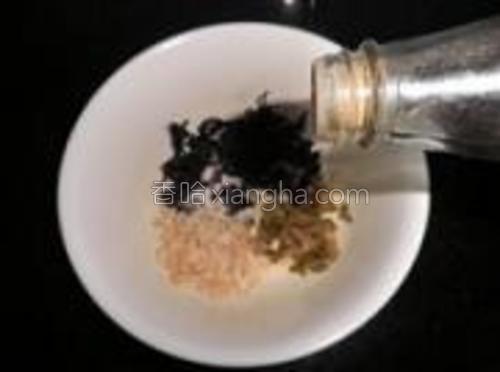 在碗中放入虾米、紫菜、榨菜末、盐、鸡精、鲜辣粉。