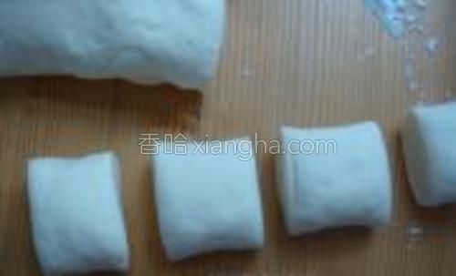 将发酵好的面团分割成若干大小一致的面剂