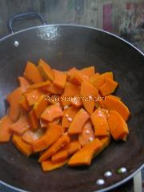 等南瓜焖至比较软的时候就可以放入少许的白糖和盐调味就可以出锅了。