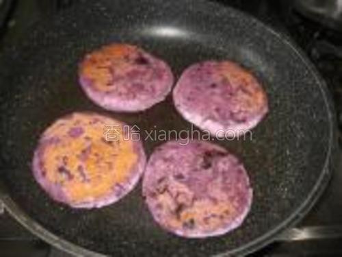 平底锅抹油,小火把饼煎至两面金黄即可。
