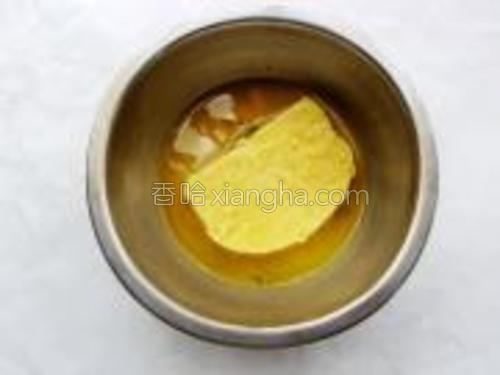 馒头片放入鸡蛋液中浸泡一会,使外层裹上一层蛋液。