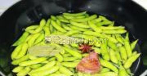 锅中放水,将毛豆和八角、桂皮、香叶、桔皮放入