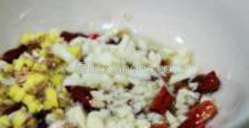 碗中放入剪碎的干红辣椒、蒜末姜末;