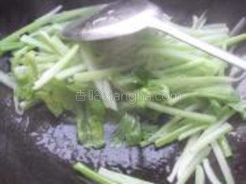 炒至将熟,加入西芹叶继续翻炒。