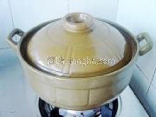 盖上盖子转小火慢煲2.5-3小时即可,食用时放适量盐调味。