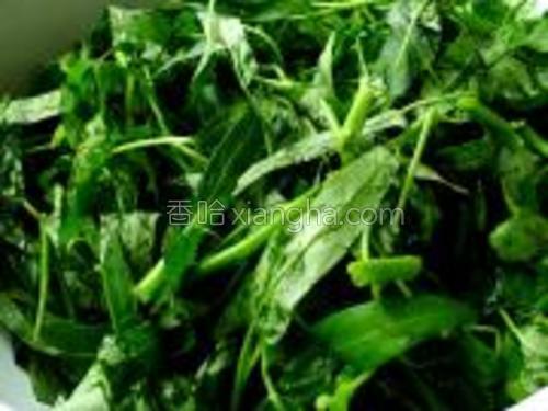空心菜洗净,摘小段;大蒜四五瓣,切片备用。