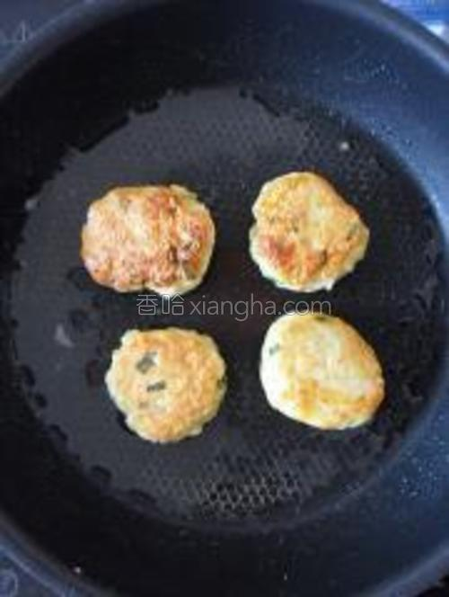 煎好后翻面煎至另一面,两面煎成金黄色后出锅。