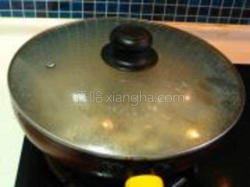 盖盖中火炖10分钟,再用大火收下汁,加美极鲜调味出锅即可。