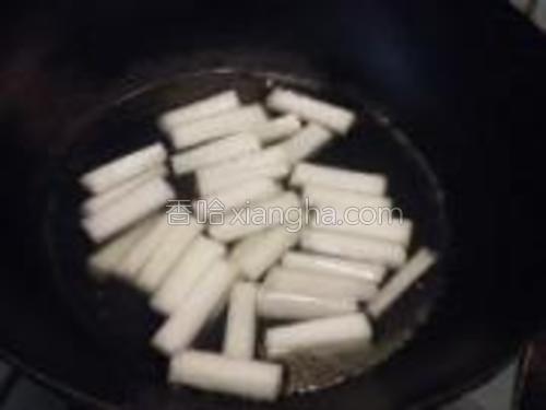 烧开水,将冬瓜煮约3分钟,捞出过凉水。