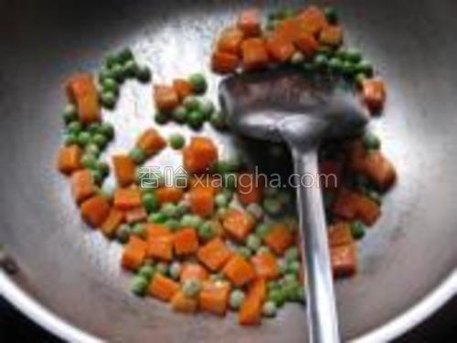 锅内放入适量的油,放入1,2,翻炒致颜色变深。