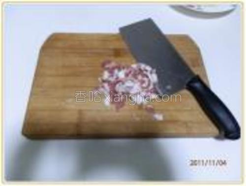 将肉切丝。