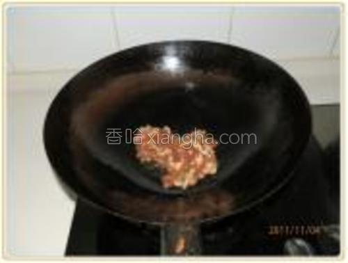 热油锅爆香葱末,下肉丝炒至变色。