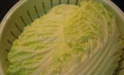 白菜叶洗净,放在微波炉专用盒中,盒子下层装适量凉水