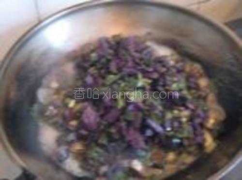 下紫苏断生,调入盐和味精。