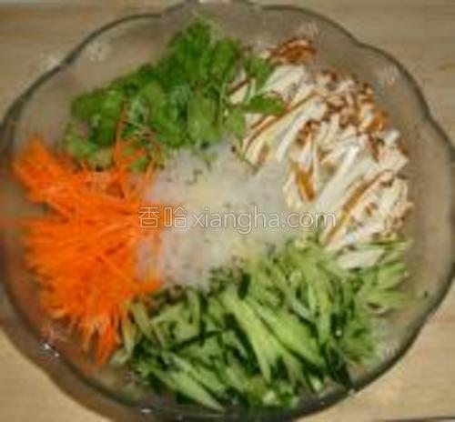银耳泡发洗净摘成小块,黄瓜、胡萝卜、豆腐干切丝,香菜切段,生蒜切成蒜末,一并装入大碗