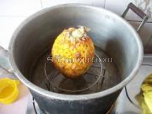 盖上菠萝盖,隔水蒸15分钟即可。