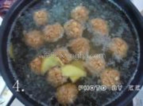 锅里倒水烧开之后,放点姜片再把团好的肉丸也放进去煮。(大家做的时候水量要没过肉丸!我先前水量只有一半,露出水面的肉末容易裂开,后来又倒进去了点开水)