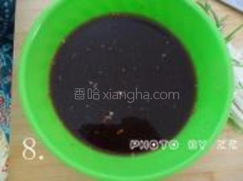 准备一只干净的碗,调入酱油1勺,料酒1勺,盐1勺,蜂蜜1勺(或白糖),辣椒粉,胡椒粉,烧烤酱(没有可不放),淀粉1大勺,搅拌均匀。