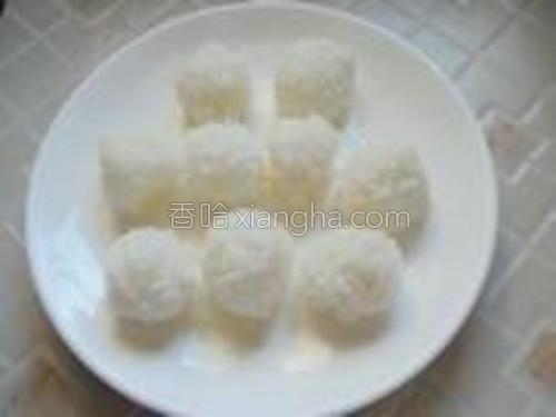 在米饭里加入少许寿司醋,拌匀。然后团成饭团。
