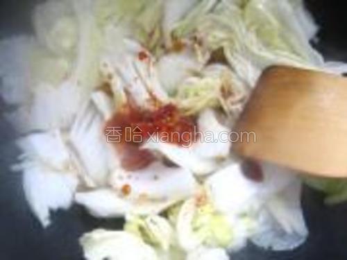 白菜叶稍焉点后加剁辣椒和生抽。