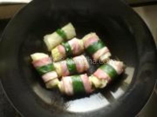 锅里刷点油,放卷煎至培根肉金黄出锅。