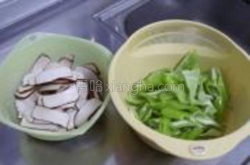 青尖椒去蒂,然后剖开去除辣椒仔,斜切成段;香干切片。
