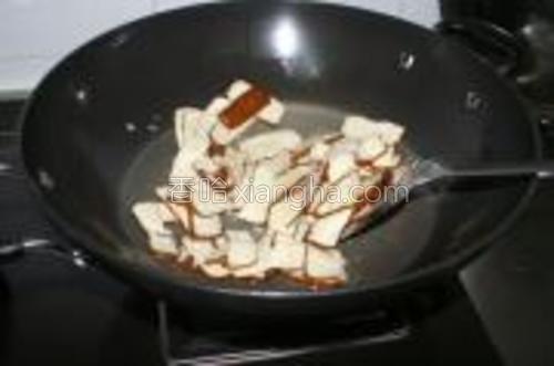 蒜头切成沫,油锅中爆香,再倒入香干片,翻炒一下。