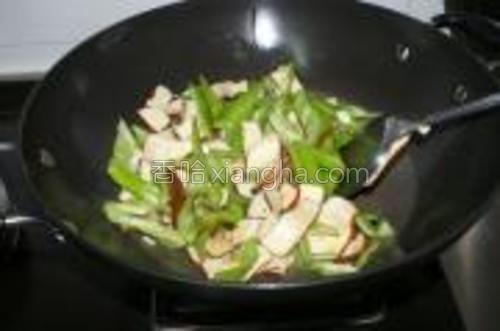 倒入青尖椒,加入盐、糖、鸡粉及生抽,翻炒片刻。