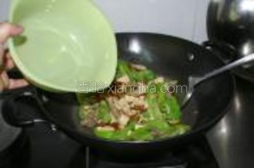 倒入预先炒好的瘦内以及少许清水,盖上锅盖,转中小火焖煮8分钟左右即可。
