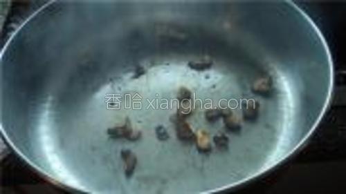 烧热油锅加入蒜蓉。