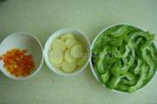 苦瓜切片,日本豆腐切片泡在盐水里,彩椒切碎。