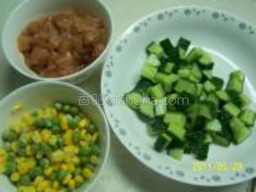 所有材料切丁,鸡肉用老抽料酒腌5分钟后加少许淀粉扮匀,青豆和玉米入水煮5钟。